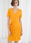 Ein gelbes Kleid kombinieren? Alltagsoutfit mit Jeansjacke